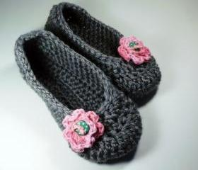 Women's house shoes, slippers, gray with pink rose and green polka dot buttons
