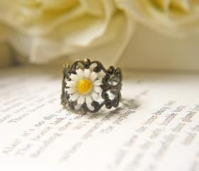 Vintage White Daisy Ring. Purity. Innocence. Language Of Love. Antique Brass Filigree Ring. Romantic Victorian Style