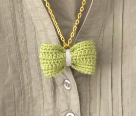 Crochet bow pendant. Moss green and lavender cotton yarn.