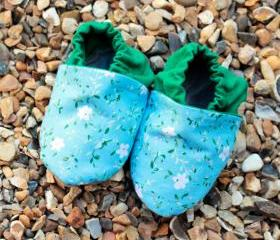 Baby booties, blue and white flowers with green, 0-6 months