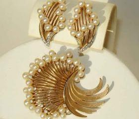 Vintage Trifari Demi Parure 60s Pearl & Rhinestone Brooch Pin & Earrings Set