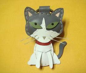 Julian the Cat leather keychain ( Grey / White )
