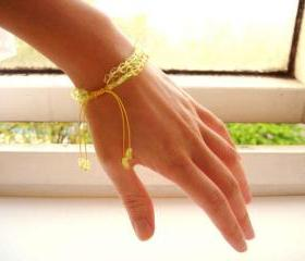 Chinese knot bracelet with yellow glass star beads - Stars in lemon sherbet