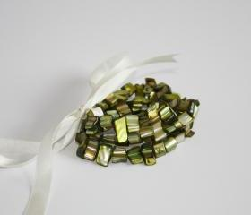 Set of three stretch bracelets in green mother of pearl