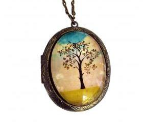 Vintage Style Art Locket with Beautiful Tree