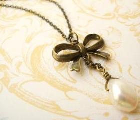 Necklace with brass bow and freshwater pearl - A little romance