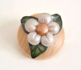Daisy flower round brooch in polymer clay and wood