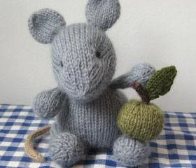 Putney Mouse and basket of apples toy knitting pattern with easy to follow instructions and photos