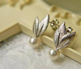 Leaves And White Pearls Wedding Earrings. Matte Silver Post Earrings. Bridal Jewelry. Bridesmaid Earrings. Swarovski Pearls