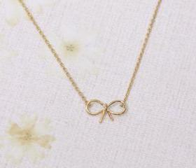 Tiny bow necklace in gold