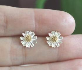 Tiny daisy flower earring in silver