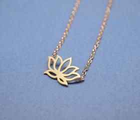 Lotus pendant Necklace in gold
