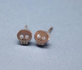 Tiny skull face studs earrings in matte silver