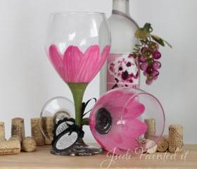 Daisy flower painted wine glass in parisian pink that is dishwasher safe
