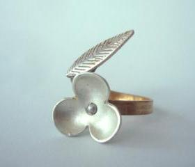 Flower wrap ring with a leaf