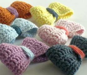 Crochet bow brooch in a rainbow of colors