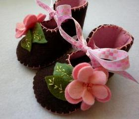 Baby girl booties made with chocolate brown felt and pink roses. Unique crib shoes.