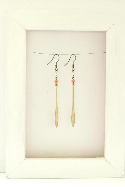 Earrings with raw brass drop charm, freshwater pearl and glass bead - Clementine