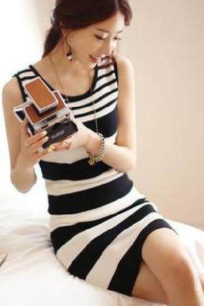 Black and white striped knit vest dress Slim package hip skirt dress