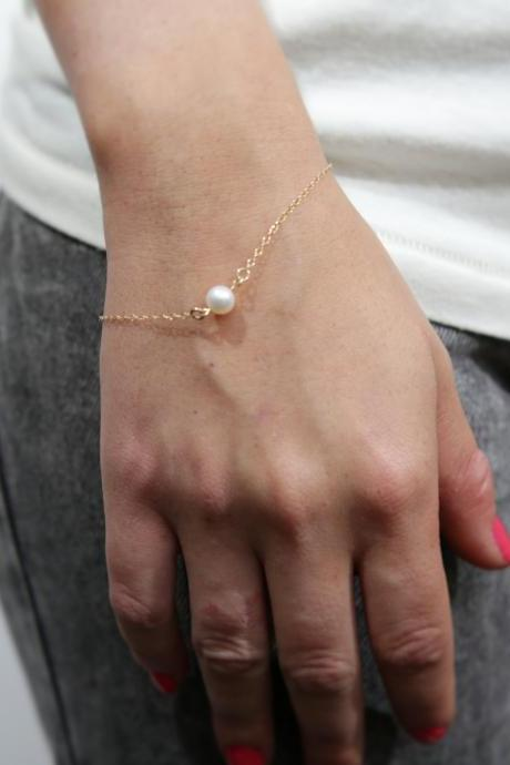 gold bracelet, pearl bracelet, pearl bead bracelet, simple everyday bracelet , gold and white, 1white pearl bracelet -P3