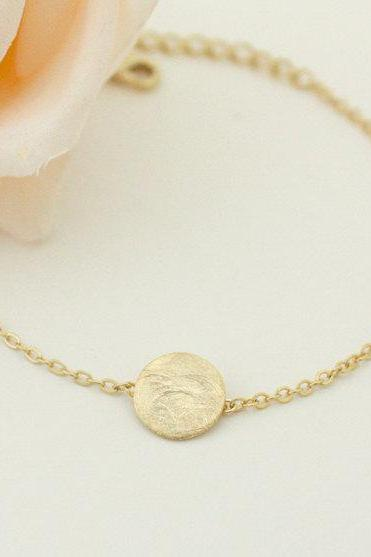 Simple textured circle bracelet, in gold