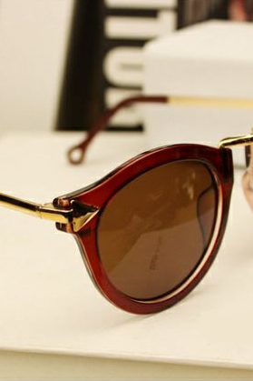 Retro brown woman sunglasses