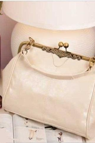 Vintage shoulder white woman handbag