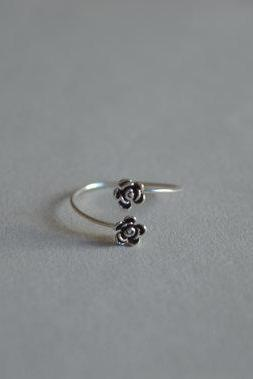 Flower sterling silver ring, two tiny black silver flowers design, thin ring circle (JZ3)