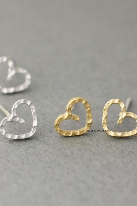 Tiny Open Heart hammered studs earrings in gold / silver, E0431S