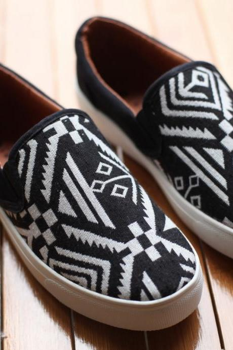 Tribal Geometric Pattern Round-Toe Slip-On Sneakers