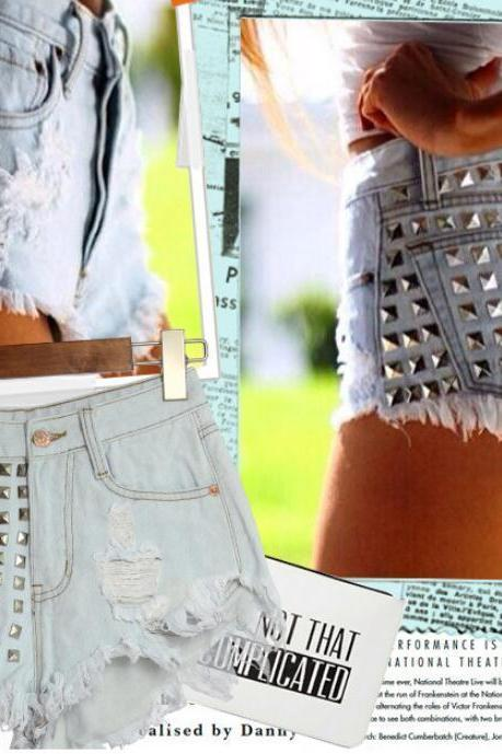 CUTE RIVET SHORTS WITH HOLE