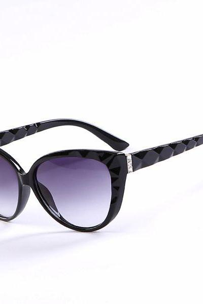 Cat eye wave frame sun protector black woman sunglasses