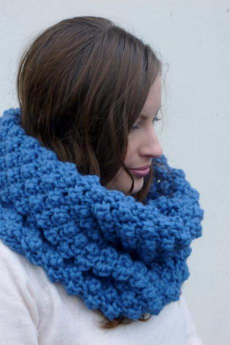 Chunky berry stitch snood in blue - merino wool