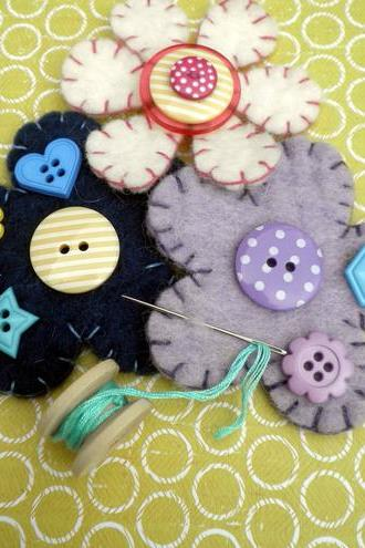 MAKE ME KIT Wool Felt & Button Brooch