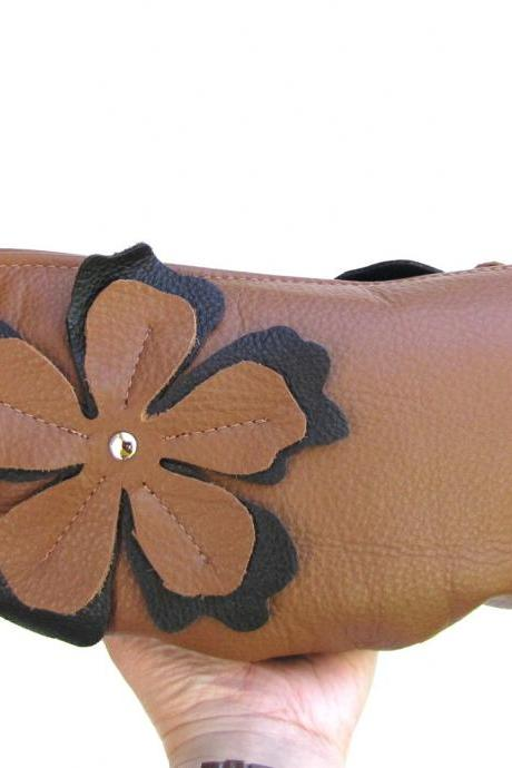 Leather clutch with flower applique in oak tan