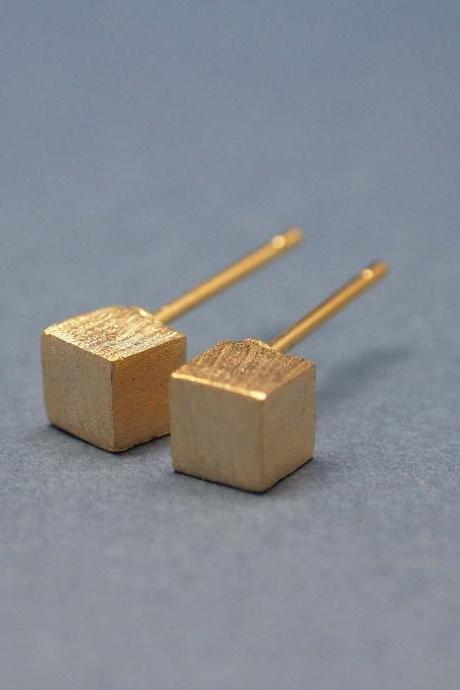 Cube studs earrings in matte gold