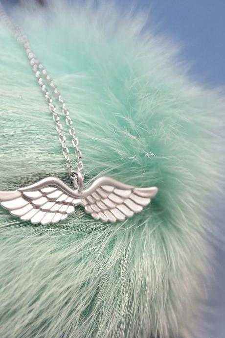 Angel Love Wing Necklace in gold
