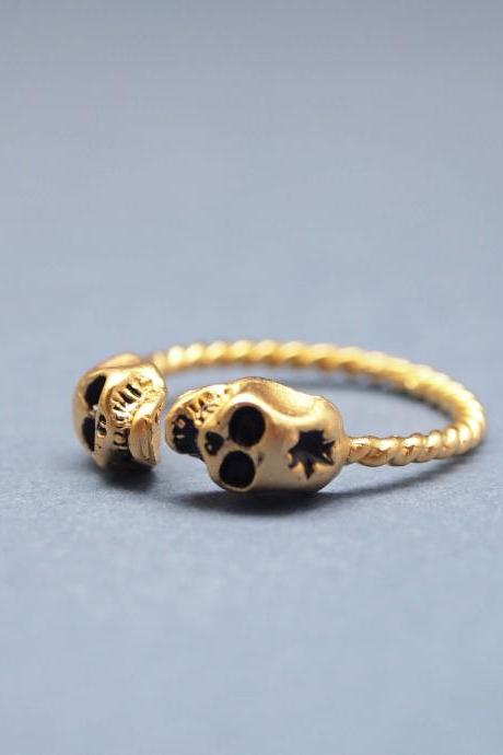 SKULL with GUNSHOT ring in gold with twisted band