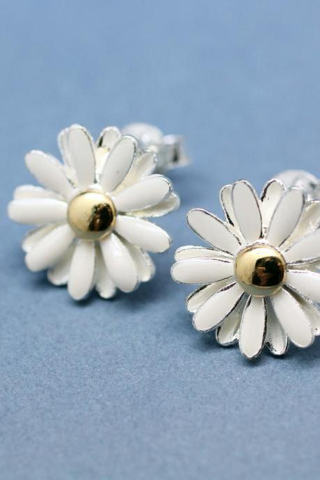 White Daisy flower studs earrings in matte silver-2