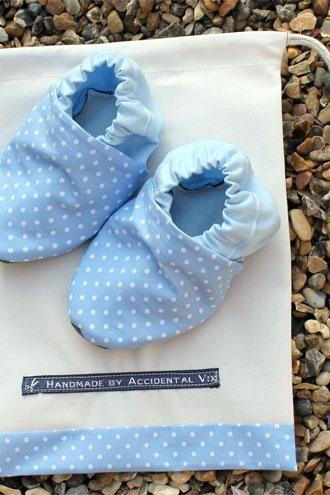 Baby booties, Baby blue mini spots 6-12 months (large)